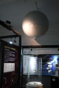資料館内の展示「風船爆弾の模型」