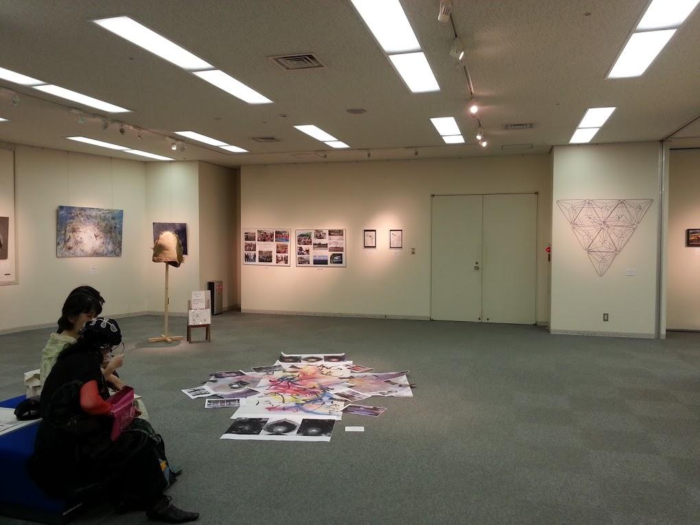 床に置かれた作品のある会場風景
