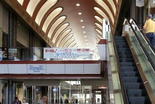 建物の吹き抜け中空に「ノー・ウォー横浜展」のバナーが飾られている