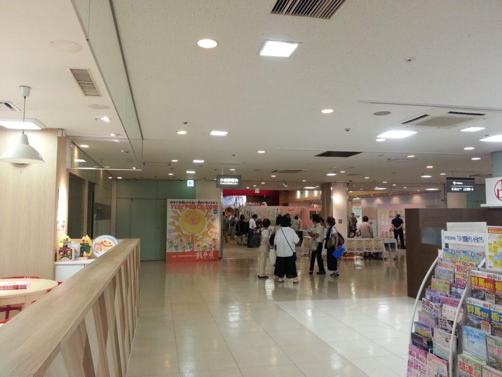 ショッピング・センター内の会場は広く、開放的で入りやすい