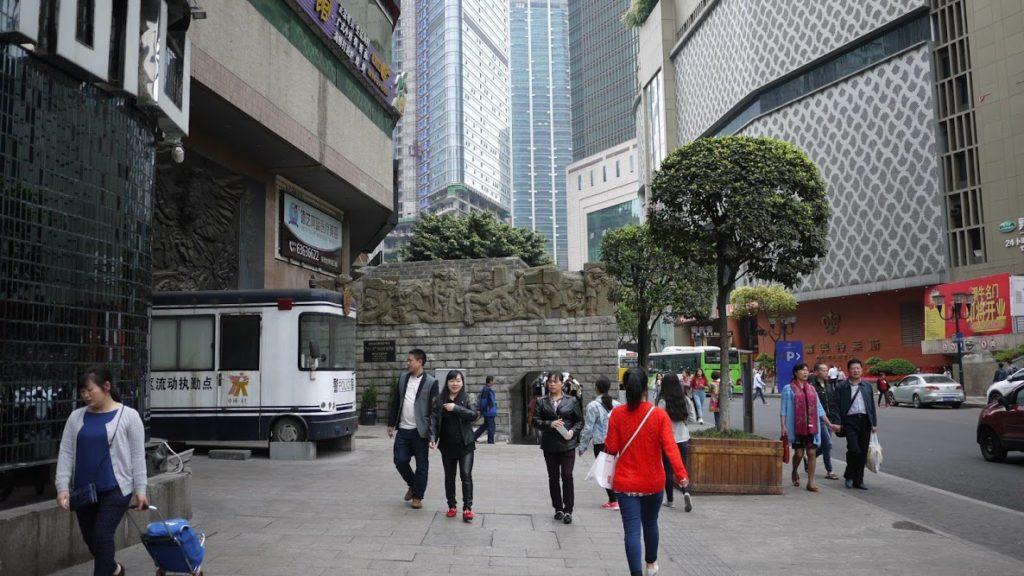 おしゃれなショップなどに囲まれた、商業街の一角に施設はある